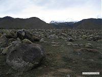 Впереди, в облаках, лежат горные ущелья, из которых нанесло все эти камни.