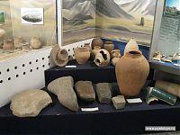 Глиняная посуда, а также кайраки (надгробные камни) с арабским письмом.