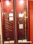 Чопо чоор (слева сверху), ниже - сыбызгы, посох справа - тай туяк, справа с колокольчиками - жылаажын, справа внизу - аса муса.