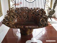 Скамейка, вырезанная из корней дерева и отполированная.