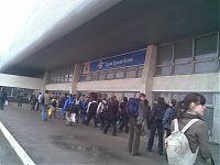 Толпа знатоков дружными рядами идут на вокзал.