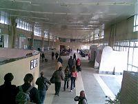 Вид на вокзал славного города Тольятти изнутри. Все присутствующие люди... ну, вы уже догадались, кто? :) Походу, тольяттинцы любят, когда вокруг — много свободного места.