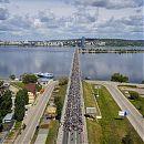 Толпа велеров перекрыла мост.