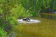 Один из этапов - плавание в прудике.