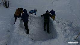 Строительство иглу: из снежных блоков делаются стены.