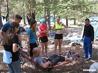 Организация носилок из верёвки, репиков, ледорубов и карематов.