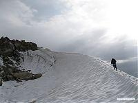 Финальный участок маршрута проходится по снежному гребню.