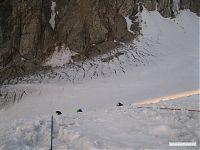 За перегиб склона, и вниз, на ледник.