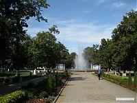 Парковые аллеи и фонтаны.