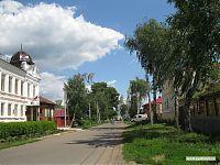 Типичная елабужская улица. На заднем плане - Спасский собор.
