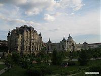 Здание справа - «Дворец земледельцев». Здание слева - элитный жилой дом.