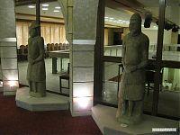 Вход в музей сторожат каменные статуи.