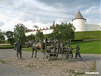 Скульптурная группа под стенами казанского кремля.