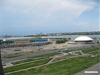 Справа - казанский двояковыпуклый цирк. Слева - спортивная арена.