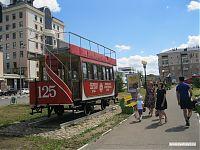 Старинный трамвайчик, и реклама такси.