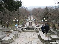 Лестница с фонтанами и героями сказок.