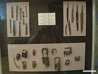 Набор старинных железных замков, ключей, ножей.