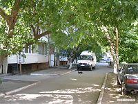 Типичный двор с припарковавшейся Ambulance.