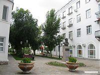 Пешеходная аллея, справа - окна краеведческого музея.