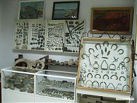 Многочисленная коллекция предметов быта.