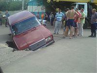 Типичное ДТП. В Саратове асфальт иногда проваливается. Прямо под движущимися машинами. Фото сделано непосредственным наблюдателем этого редкого явления.