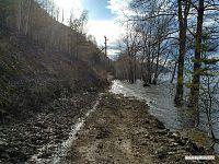 Дорога к жигулёвским скалам покрыта водой чуть менее чем полностью.