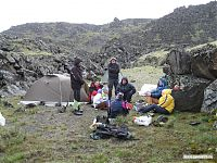 Промежуточный лагерь под ледником (высота примерно 3 100).