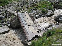 Сломанный мостик перед горячими источниками Джилы-Су.