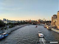 Москва-река. Движение по ней не менее оживлённое, чем по сухопутным дорогам.