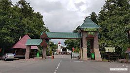 Ворота национального парка. Справа - кассы и прокат велосипедов.