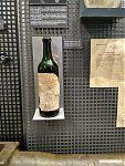 Бутылка с зажигательной смесью; на «этикетке» - памятка-руководство, как её применять.