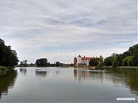 Вид на Мирский замок с другого берега озера.