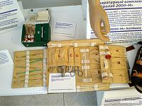 Медицинская укладка космического корабля и набор медикаментов из бортовой аптечки.