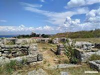Трёхапсидный храм с триболонами.