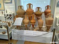 Коллекция глиняных пифосов.