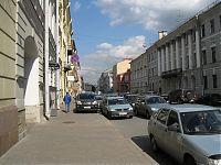 Улицы Петербурга. Три ряда стоящих машин под знаком «остановка запрещена».