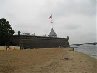 Пляж у стен Петропавловской крепости. Говорят, в жару тут полно пляжников; в дождь, однако, были только такие туристы как я :).