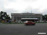 Автовокзал города Майкопа. По-адыгейски это будет совершенно непроизносимое «Мыекъуапэ». Республика Адыгея — отдельная маленькая страна, входящая в состав Российской Федерации, и там два официальных языка: русский и адыгейский.