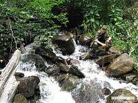 Думаете, речка рядом протекает? Ошибаетесь, это всего лишь участок тропы. А также возможность наполнить прохладной водичкой фляжку.
