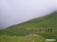 «Изнутри» это смотрится как туман, но на самом деле мы идём в самом натуральном облаке, зацепившемся за этот перевал.