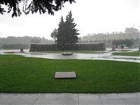 Марсово поле. Два свадебных букета грустно мокнут под проливным дождём.