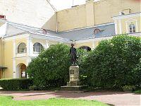 Двор дома, в котором снимал комнату Пушкин. Памятник Александру Сергеевичу.
