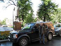 Памятник Боткину, напротив одного из корпусов ВМА. Любопытно, чья машинка? :))
