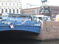 Речной светофорчик. Сииний мост — мост в Адмиралтейском районе Санкт-Петербурга, перекинутый через реку Мойку и соединяющий между собой Казанский и 2-й Адмиралтейский острова. Стоять на нём разрешено только синим автобусам, а проплывать под ним — только с