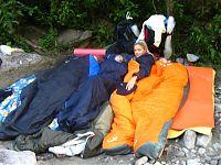 Лагерь в первую ночь — честно пытались уместиться на небольшом пятачке песочка. Впрочем, было не так плохо, как могло бы быть =).