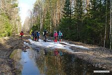 Три вида рельефа на одной фотографии: грязь, снег и огромная лужа.
