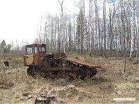 Одинокий брошенный трактор.