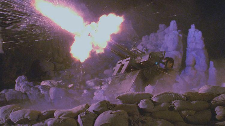Мэл управляет зениткой в битве в Долине спокойствия
