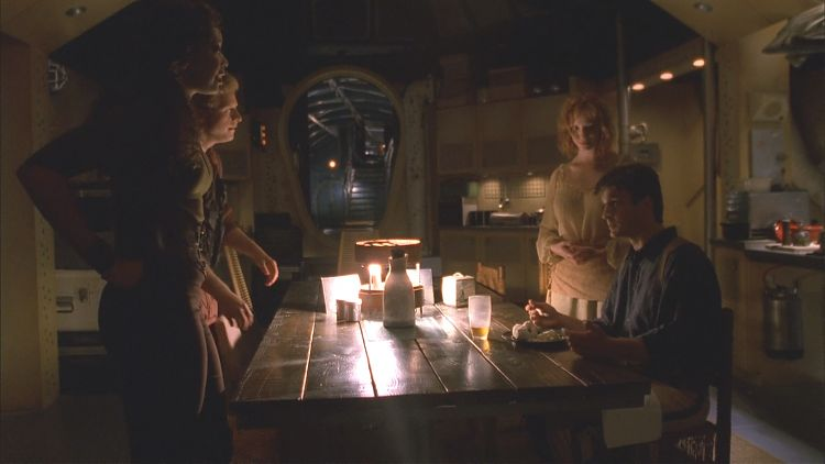 Мэл в столовой ест суп, который сварила для него Саффрон.