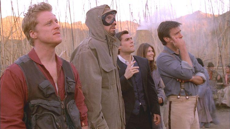 Команда «Серении» потрясённо взирает на статую Джейна в натуральную величину.
